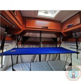 Lit avec 2 filets à l'arrière d'un camping-car au-dessus d'un lit